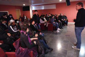 Le personnel assiste à la projection de courts métrages à la médiathèque lors de la Journée Internationale des Droits des Femmes